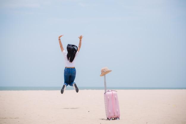 Młody szczęśliwy azjatykci gril przy plażą