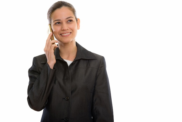 Młody szczęśliwy bizneswoman uśmiecha się podczas rozmowy telefonicznej