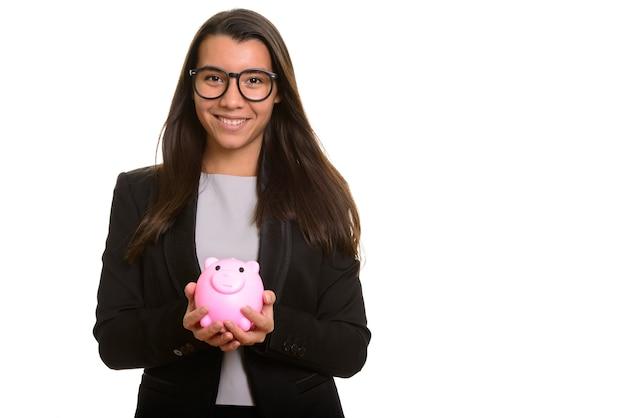 Młody szczęśliwy kaukaski bizneswoman uśmiecha się skarbonkę i trzyma