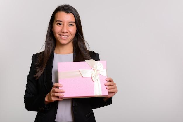 Młody szczęśliwy kaukaski bizneswoman uśmiechnięty gospodarstwa pudełko