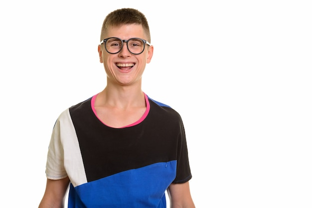 Młody szczęśliwy kaukaski mężczyzna nerd uśmiecha się z okularami