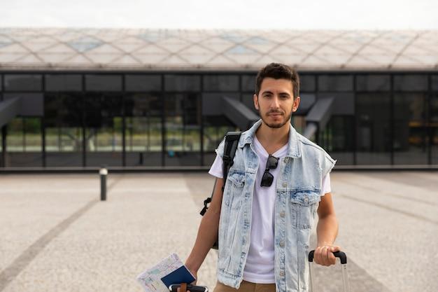 Młody szczęśliwy mężczyzna idzie w wakacje