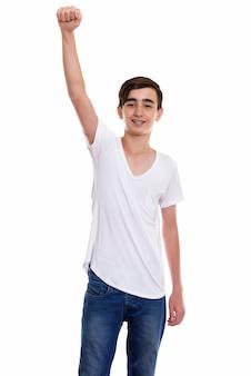 Młody szczęśliwy perski nastoletni chłopak uśmiechając się z ramieniem