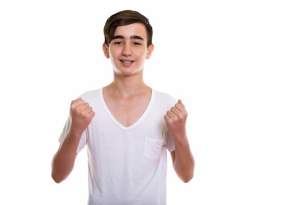 Młody szczęśliwy perski nastoletni chłopak z uśmiechem