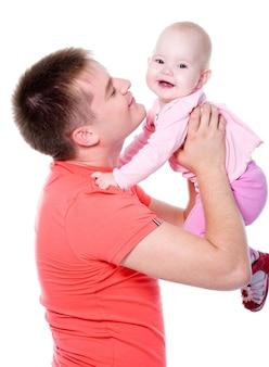 Młody szczęśliwy tatuś rzuca dziecko w górę - na białym tle