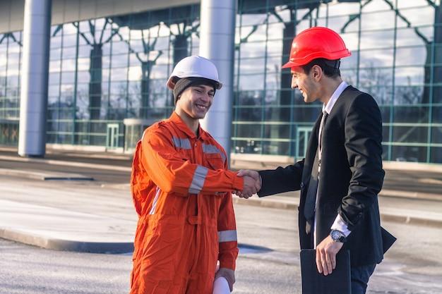 Młody szef i pracownik w rozmowie drżenie rąk.