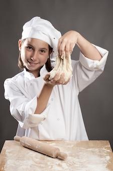 Młody szef kuchni pracuje nad ciastem