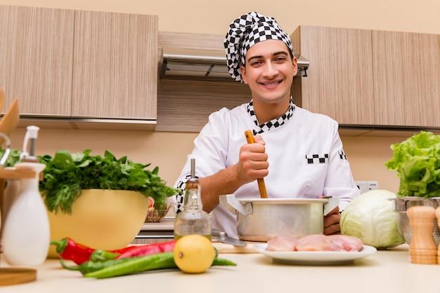 Młody szef kuchni pracuje w kuchni