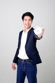Młody tajlandzki biznesmen pokazuje czas na zegarze