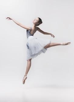 Młody tancerz klasyczny na białym tle.