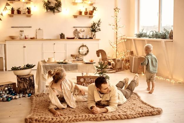 Młody tata, mama i ich synek dobrze się bawią