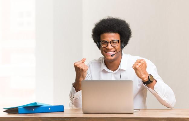 Młody telemarketer czarny człowiek zaskoczony i zszokowany