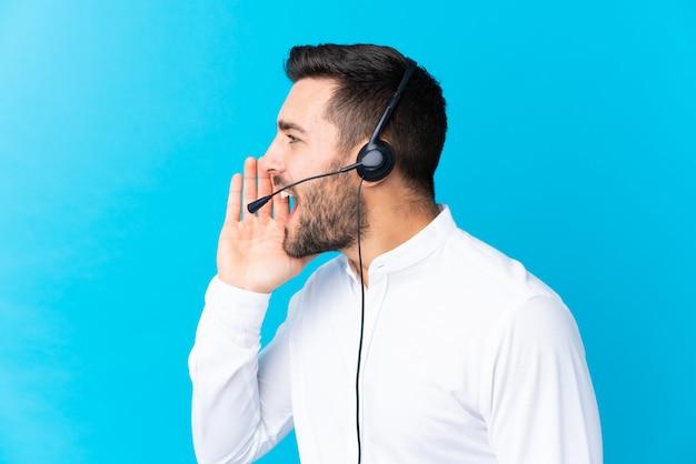 Młody telemarketer mężczyzna nad odosobnioną ścianą