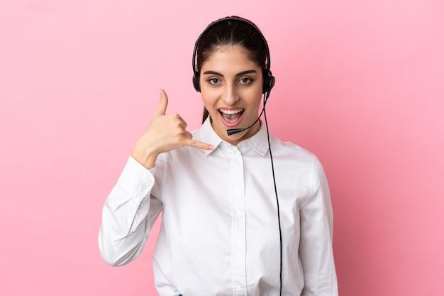 Młody telemarketer na białym tle co telefon gest. oddzwoń do mnie znak