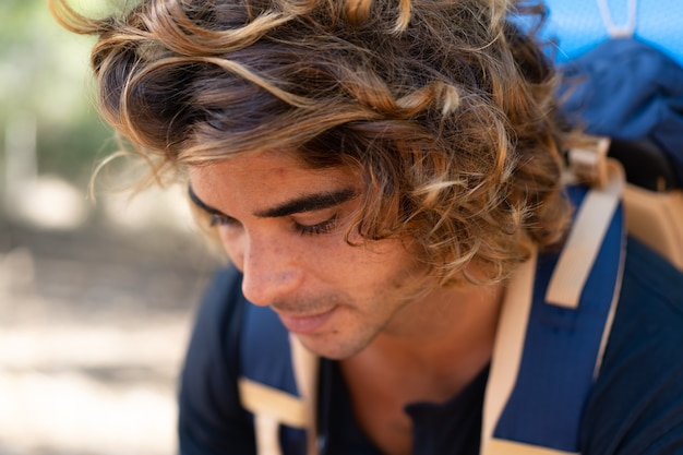 Młody turysta kaukaski spędza wakacje na kempingu i pisze do znajomych