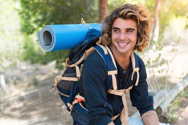 Młody turysta kaukaski spędzający wakacje na kempingu