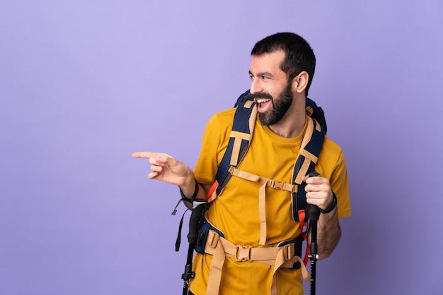 Młody turysta mężczyzna na białym tle