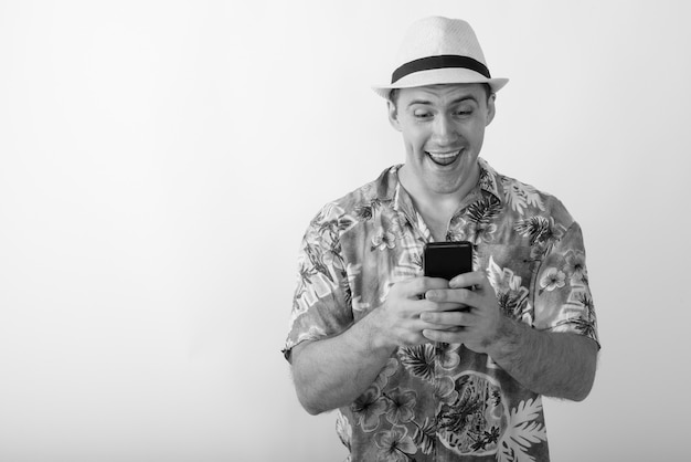 Młody turysta mężczyzna ubrany w hawajską koszulę gotowy na wakacje. czarno-białe zdjęcie