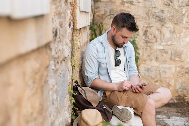 Młody turysta mężczyzna w czarnogórze