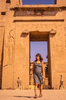 Młody turysta opuszczający świątynię edfu w pobliżu nilu w asuanie. egipt
