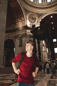 Młody turysta w bazylice sancti petri.