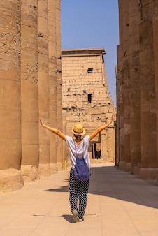 Młody turysta w kapeluszu odwiedzający egipską świątynię w luksorze