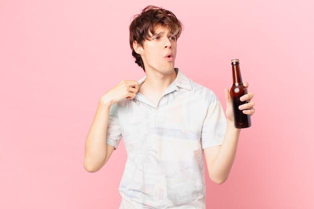 Młody turysta z piwem czuje się zestresowany, niespokojny, zmęczony i sfrustrowany