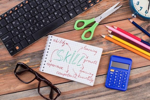 Młody uczeń akcesoria na drewnianym biurku. nauka nowej koncepcji umiejętności płasko leżał.