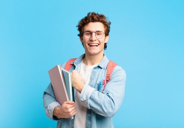 Młody uczeń chłopiec czuje się szczęśliwy, pozytywnie nastawiony i odnosi sukcesy, jest zmotywowany, gdy staje przed wyzwaniem lub świętuje dobre wyniki