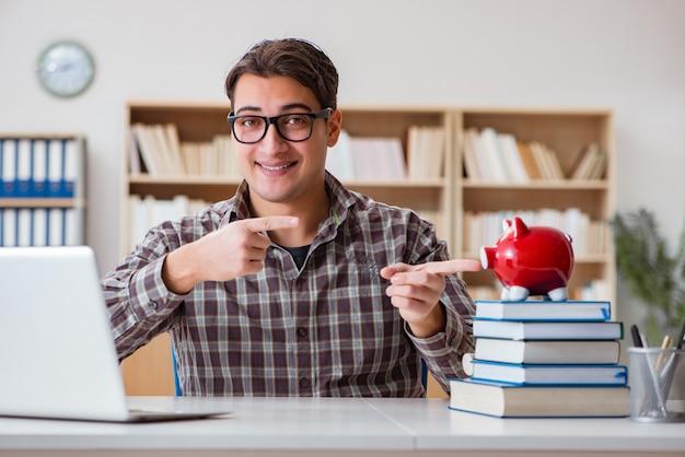 Młody uczeń łamie skarbonkę, aby kupić podręczniki