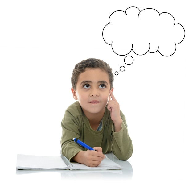Młody uczeń szuka odpowiedzi