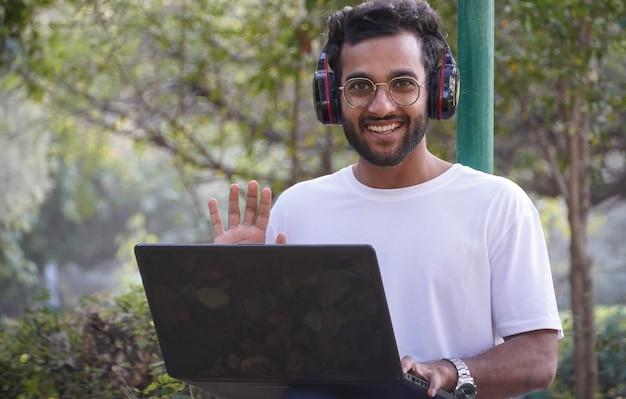 Młody uczeń z laptopem - mężczyzna z laptopem