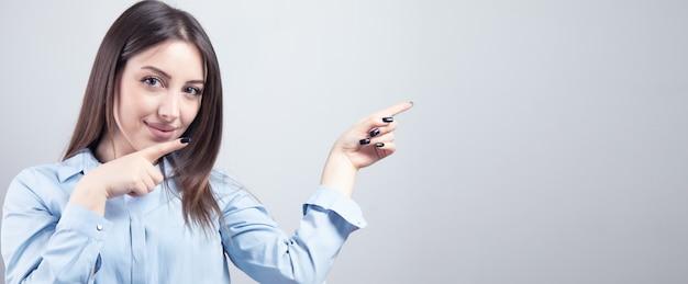 Młody uśmiech biznesowa kobieta pokaż palce