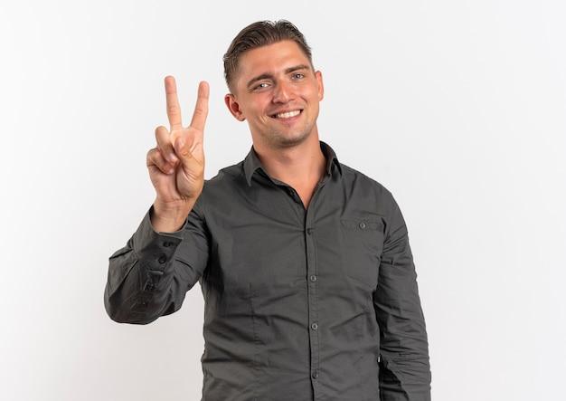 Młody Uśmiechnięty Blondynka Przystojny Mężczyzna Gesty Ręką Znak Zwycięstwa Darmowe Zdjęcia