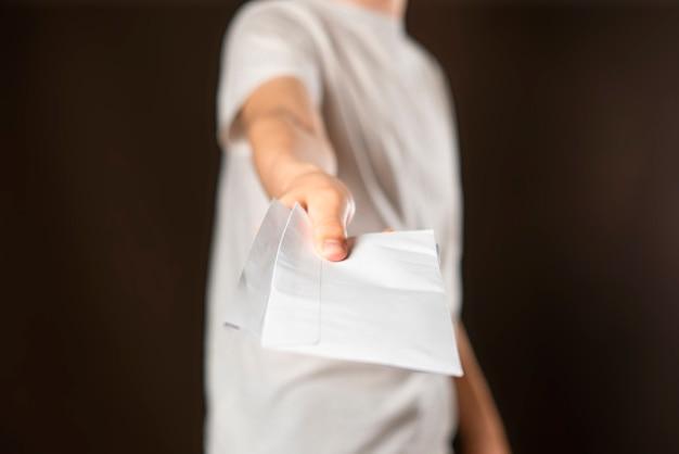 Młody uśmiechnięty mężczyzna kurier dostarcza białe dokumenty dokumenty i list fd