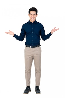 Młody uśmiechnięty przystojny azjatycki mężczyzna z otwartym palma gestem