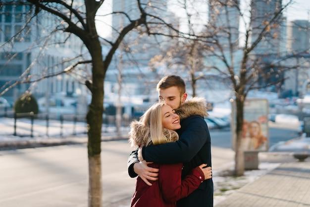 Młody uśmiechnięty szczęśliwy europejski pary przytulenie w zimie
