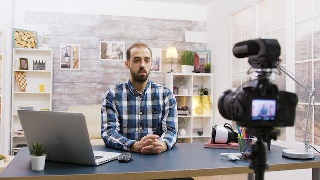 Młody vloger rozmawia ze swoimi subskrybentami w mediach społecznościowych. twórczy i sławny człowiek.