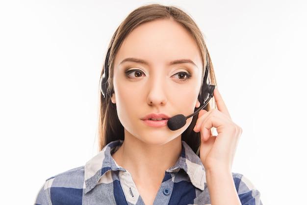 Młody wesoły agent call center