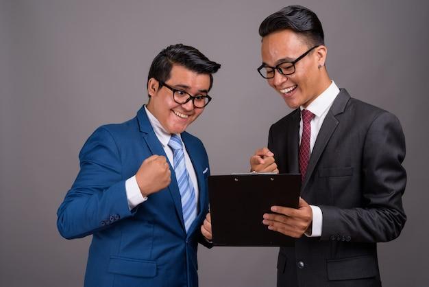 Młody wieloetniczny biznesmen i młody indyjski biznesmen