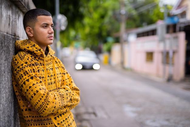 Młody wieloetniczny mężczyzna azji na ulicach na zewnątrz