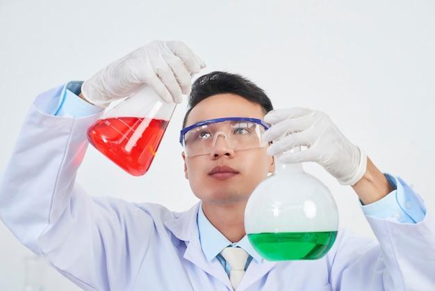Młody wietnamski chemik