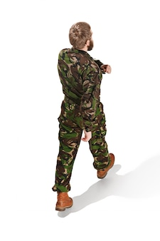 Młody wojsko żołnierz jest ubranym kamuflażu mundur odizolowywającego na bielu
