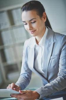 Młody wykonawczego pracy z cyfrowym tablecie