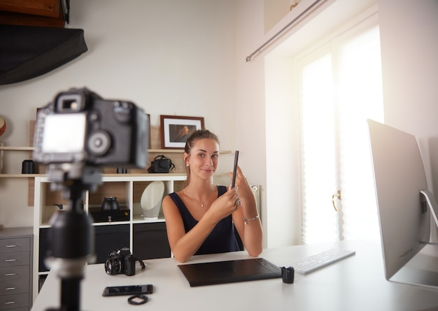 Młody youtuber nagrywa vlog z fotografią