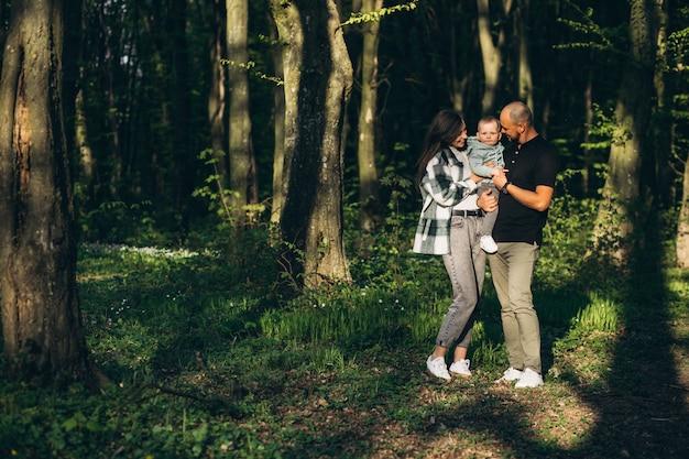 Młody z fantazją z małą córeczką w lesie