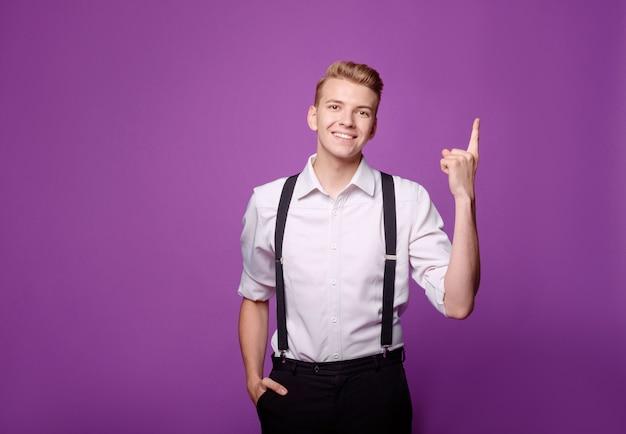Młody zabawny, uśmiechnięty mężczyzna w klasycznym stylu, ma pomysł