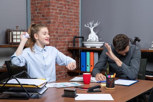 Młody zabawny zespół biurowy cieszący się przerwą w środowisku biurowym