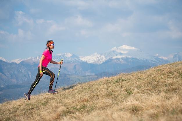 Młody zawodnik działa w górach i skyrunning podczas treningu