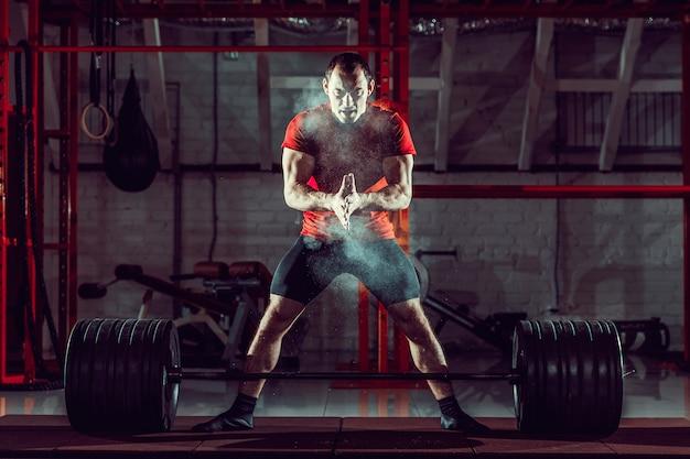 Młody zawodnik trenujący trening crossfit